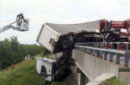 Mezőcsát, 2019. június 5.Kamion sofőrfülkéje lóg le az M3-as autópálya hídjáról Mezőcsát térségében, a Miskolc felé vezető oldalon 2019. június 5-én.MTI/Vajda János