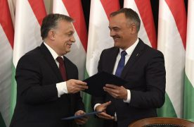 Orbán Viktor miniszterelnök és Borkai Zsolt (Fidesz-KDNP) polgármester a Modern városok programban a kormány és Győr városa közötti együttműködési megállapodás aláírásán a győri városháza dísztermében 2017. április 28-án.Fotó: Koszticsák Szilárd/MTI/MTVA