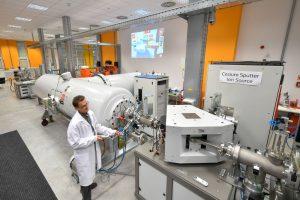 Debrecen, 2019. május 27. Egy munkatárs a Magyar Tudományos Akadémia (MTA) debreceni Atommagkutató Intézetének Tandetron laboratóriumában kialakított új kutatói környezet bemutatása napján a hajdúsági megyeszékhelyen 2019. május 27-én. MTI/Czeglédi Zsolt